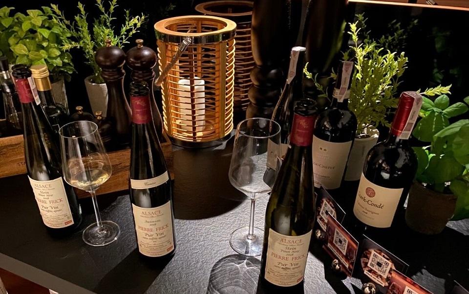 Wina w restauracji Four